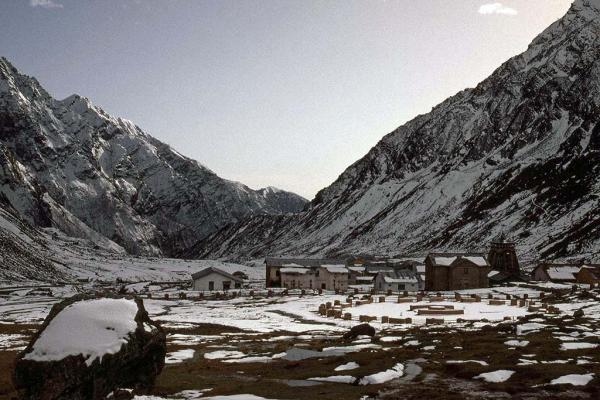 Photo of Kedarnath temple and township in the snow