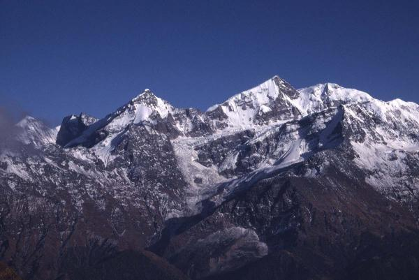 Photo of peaks around the rim of the Nanda Devi Sanctuary